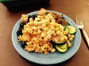 Minu tavaline lõuna senimaani: riis, kikerherned, tofu, oliivid, kurk.