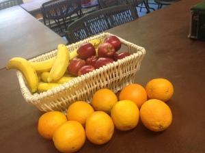 Banaanid, õunad, apelsinid on igapäevaselt saadaval :)