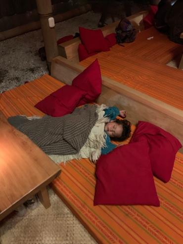 Kohalik preili jäi kirtanil magama :)