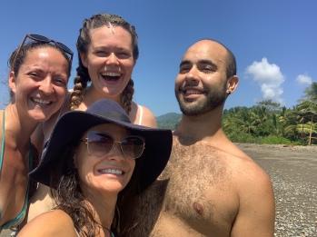 Meg, Kareen ja Pablo: rannal hängimas :)